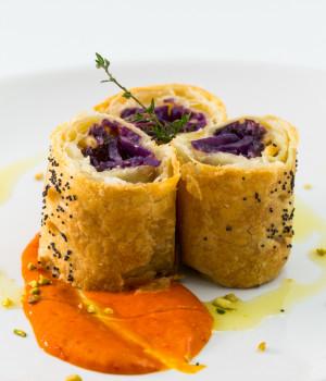 Strudel di cavolo viola con salsa di peperoni