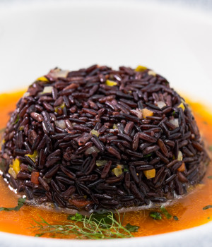 Black rice timbale on Èbisquedicrostacei (shellfish bisque)
