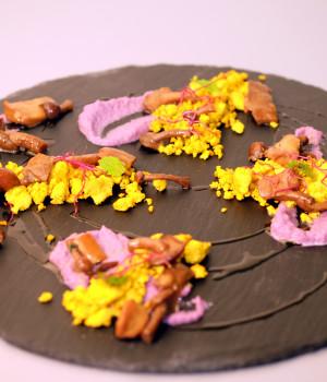 Tofu alla curcuma, crema di cavolo viola e funghi