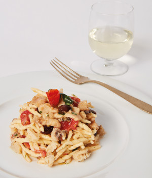 Trofe con cabracho, aceitunas taggiasca y tomates mini red