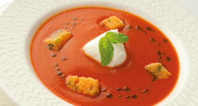 Tomatencremesuppe mit Büffelmozzarella und Basilikumöl